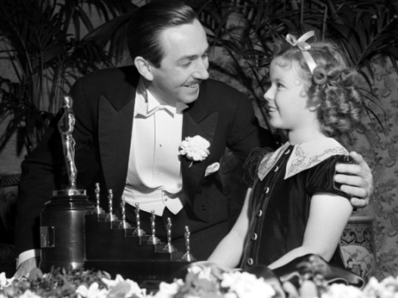 Walt-Disney-Getting-Oscar