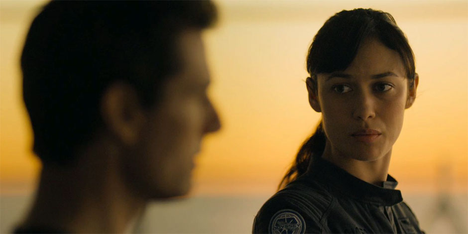 Tom-Cruise-and-Olga-Kurylenko-in-Oblivion-2013-Movie-Image