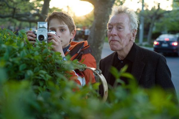 (L-r) THOMAS HORN as Oskar Schell and MAX VON SYDOW as The Renter in Warner Bros. PicturesÕ drama ÒEXTREMELY LOUD & INCREDIBLY CLOSE,Ó a Warner Bros. Pictures release.