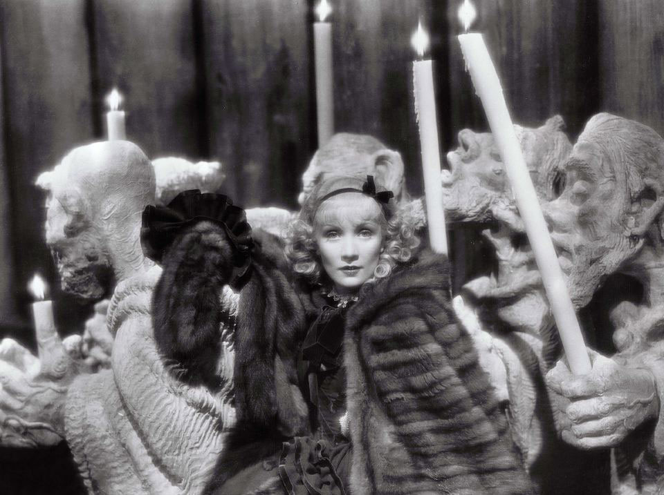 Title: SCARLET EMPRESS, THE ¥ Pers: DIETRICH, MARLENE ¥ Year: 1933 ¥ Dir: VON STERNBERG, JOSEF ¥ Ref: SCA021AO ¥ Credit: [ PARAMOUNT / THE KOBAL COLLECTION ]